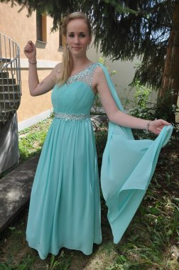 030 Splývavé tyrkysové šaty k zapůjčení