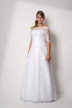1703 INA  - Krásné krajkové svatební šaty s rukávy